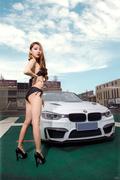 """热辣车模S曲线迷人 性感红唇""""沟""""引你"""
