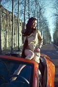 气质美女与橙色法拉利上演冬日激情