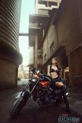 霸气女侠与狂野摩托车之恋 紧身皮衣上演黑色诱惑