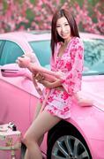 粉嫩女郎性感可爱 开粉色大奔赏樱花