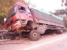 大货车高速路侧翻,都是疲劳驾驶惹的祸!