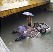 福州2天内2辆车冲进内河 2人被困在车顶呼救