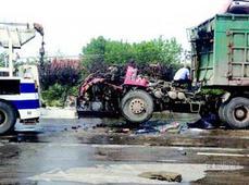 燃气货车追尾后着起大火 一司机不幸身亡