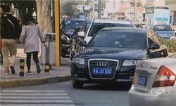 路口乱停车小心了 交警下硬茬