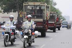 沧州市交警为收割机