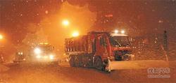 连夜战冰雪 99条主干快速道路优先清雪!