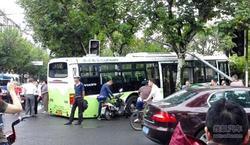 112路公交车早高峰失控撞进路边绿化带