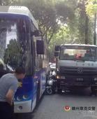 实在惊险!电动车被夹在洒水车与公交车间