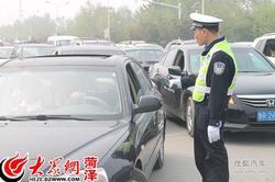 牡丹园附近车满为患 交警分流控制导交通
