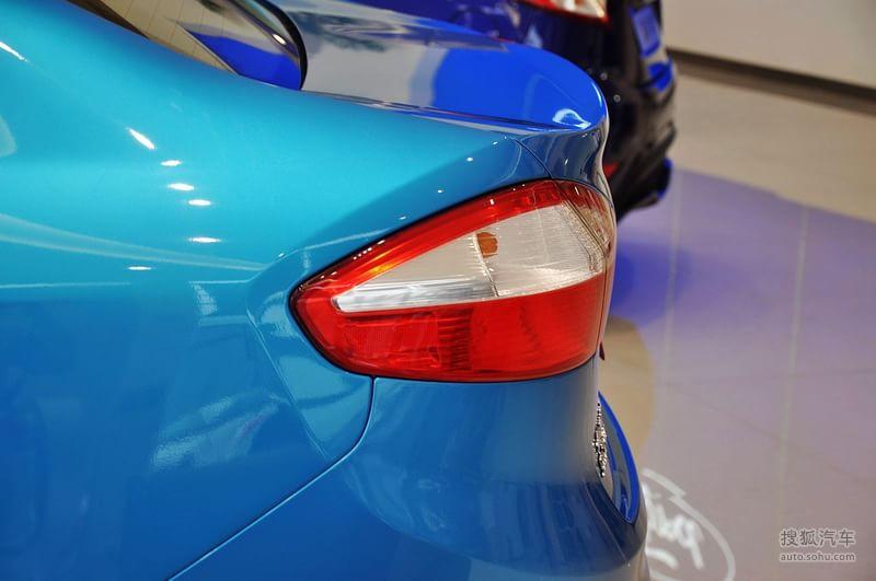 2013福特嘉年华三厢 对比试驾全新mini cooper与福特嘉年华高清图片