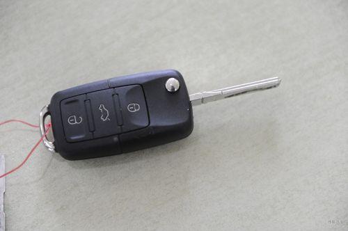而且会通过蜂鸣器声音或转向灯闪烁等动作来表示车门已安全锁上,并