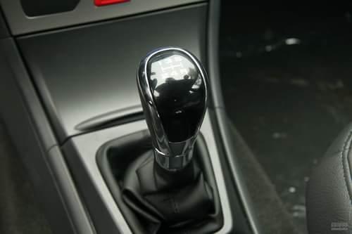 手动挡与自动挡车型的换挡手柄,重新设计,更加符合人体工程学设计原理