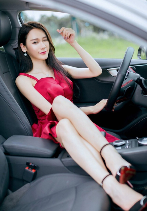红衣女郎貌美如花 唯有豪车才配得上