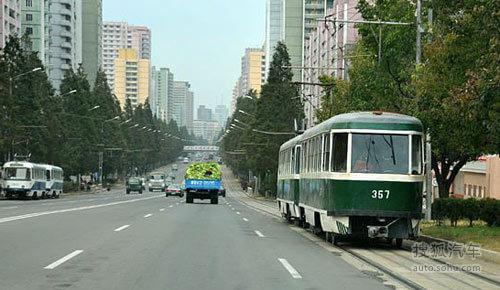 朝鲜平壤街头的有轨电车高清图片