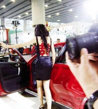 武汉车展车模走光露点 围观者用手机狂拍(265