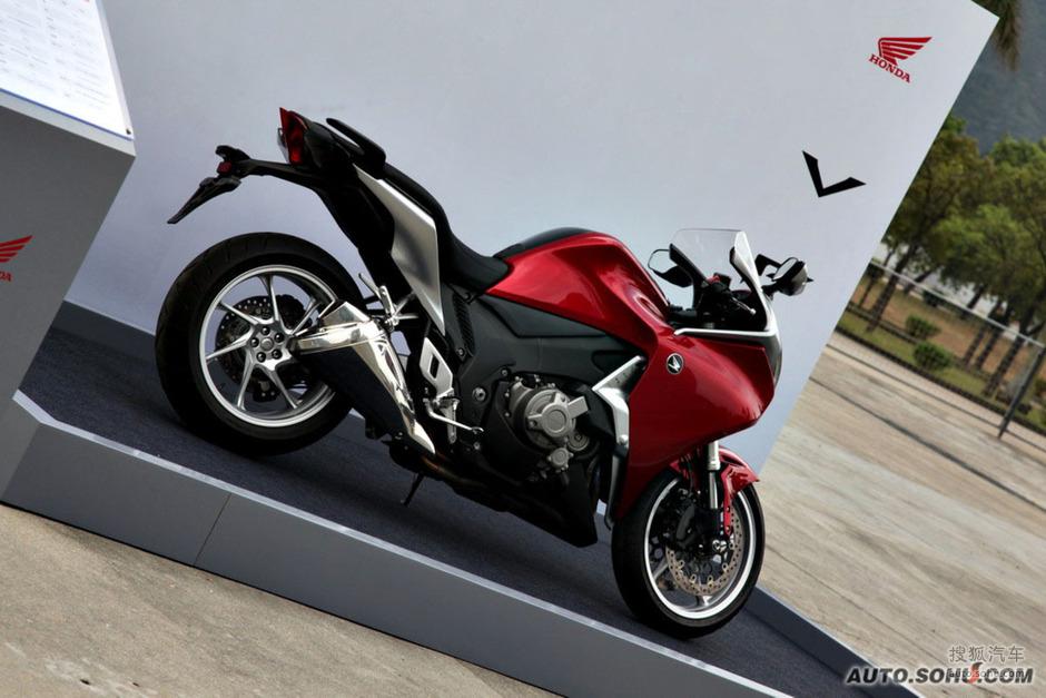 本田vfr1200f大排量摩托实拍图