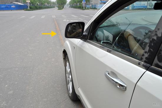 日常开车多规矩。不要养成经常压线行驶、或同时占用两条车道行驶的陋习,这样开车不一定能快很多。但在发生事故时一定容易吃到更多罚单。所以为了安全和经济损失,多重视为好。