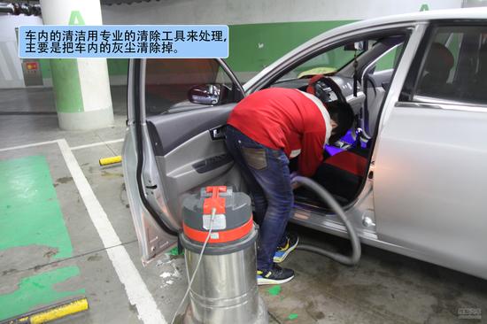 冬季的雨雪天气,很多车主都会觉得洗车是件难事。冬季洗车受到气温、天气等问题的影响。在洗车店洗完后,本以为没有问题了。但是问题可能不经意间就来到了您的身边。搜狐汽车用车频道就为大家解析如何避免这些可能出现的问题,为您在这个冬天洗车提供参考。   一、洗车店洗车过程   冬季自行洗车可能出现的问题就是水在车辆上结冰,这样有可能损坏车辆漆面,而冬天天气寒冷凉水很容易结成冰,所以洗车时最好用温水洗车。在冬天里大部分洗车行都会用温水来给您清洗车。这样的好处就是在洗车过程中很好的保护了车辆的漆面。