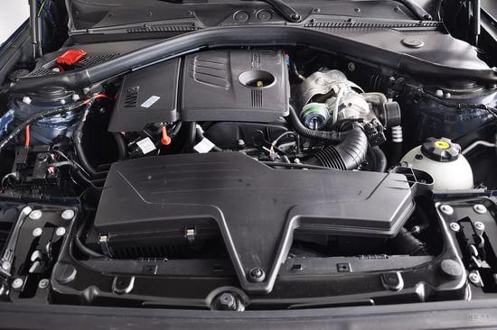 动力方面,新上市的125i车型搭配的是N20直列四缸涡轮增压发动机,最大输出功率218马力,峰值扭矩310Nm,这款发动机具有TwinPower Turbo技术,配备了换挡拨片的运动型八速手自一体变速箱,另外升级的轮毂,让新1系的百公里加速成绩达到了6.3秒。另外116i和118i车型的发动机预计不会有变化,那款1.
