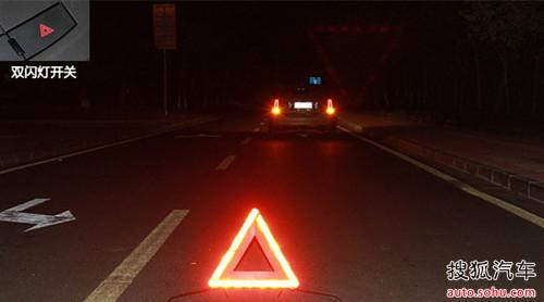 请问哪个是转向灯和双闪的保险丝位置? 灯不亮了 哪... 问题 汽车...