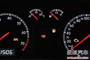 机油感应塞,压力表或电路故障导致机油压力低.解决办法:更换检查.
