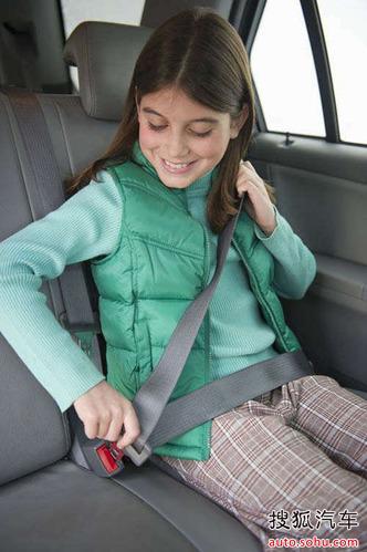 正确系安全带第一步——调整坐姿