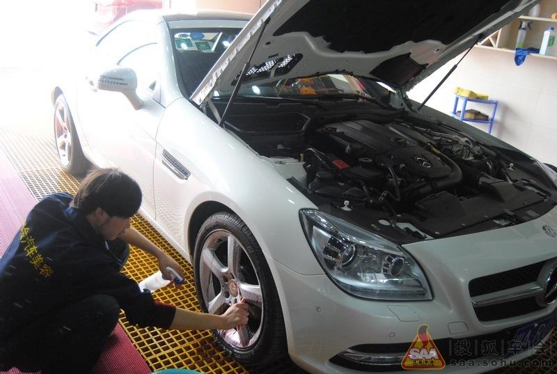 白色奔驰slk200首次作业镀膜预防变成小花脸 高清图片