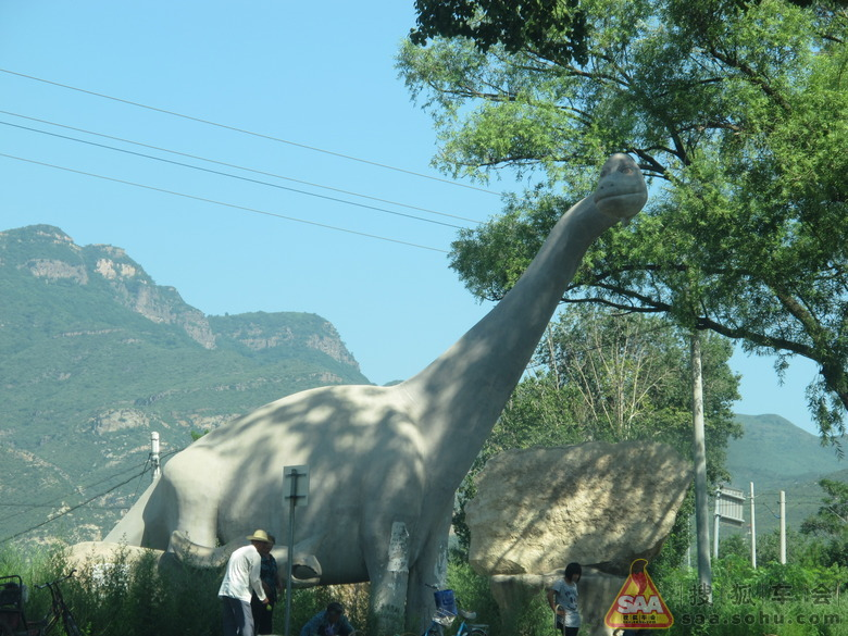 到了大恐龙像处右转,前面还有一个百里山水画廊的牌子,仍然不对,它让
