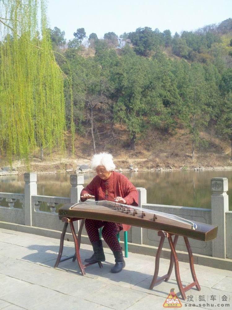 北京/回车场时偶然看到这个地方,有个老奶奶在弹古筝,应该不是大家...