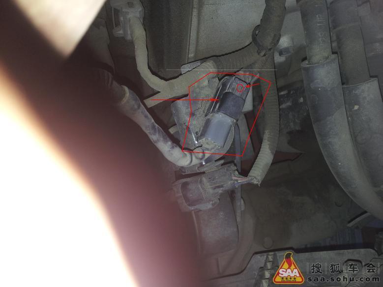 菜鸟求救氧传感器的插头怎么往下拔如图