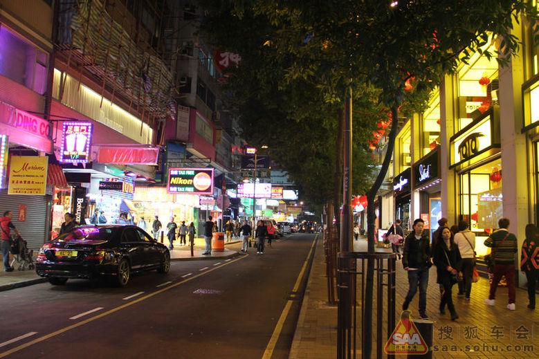 每次人行道红绿灯,都会有一大波游客通过,客流量可见一斑.高清图片