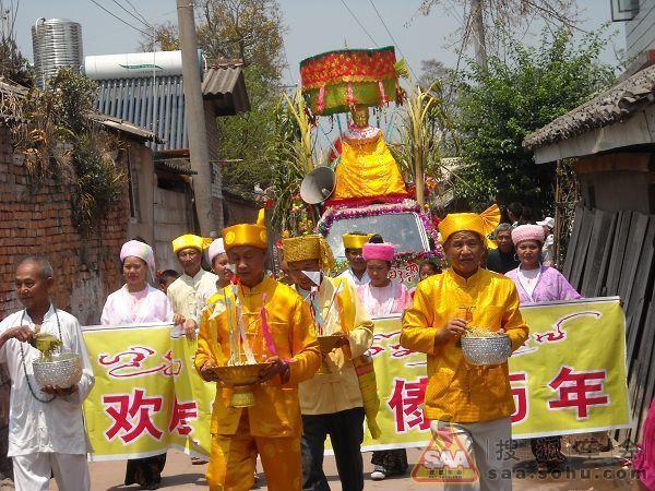 云南傣族泼水节狂欢
