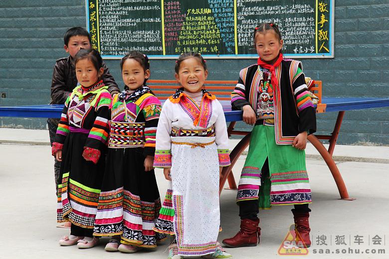 羌族人服饰简笔画彩色